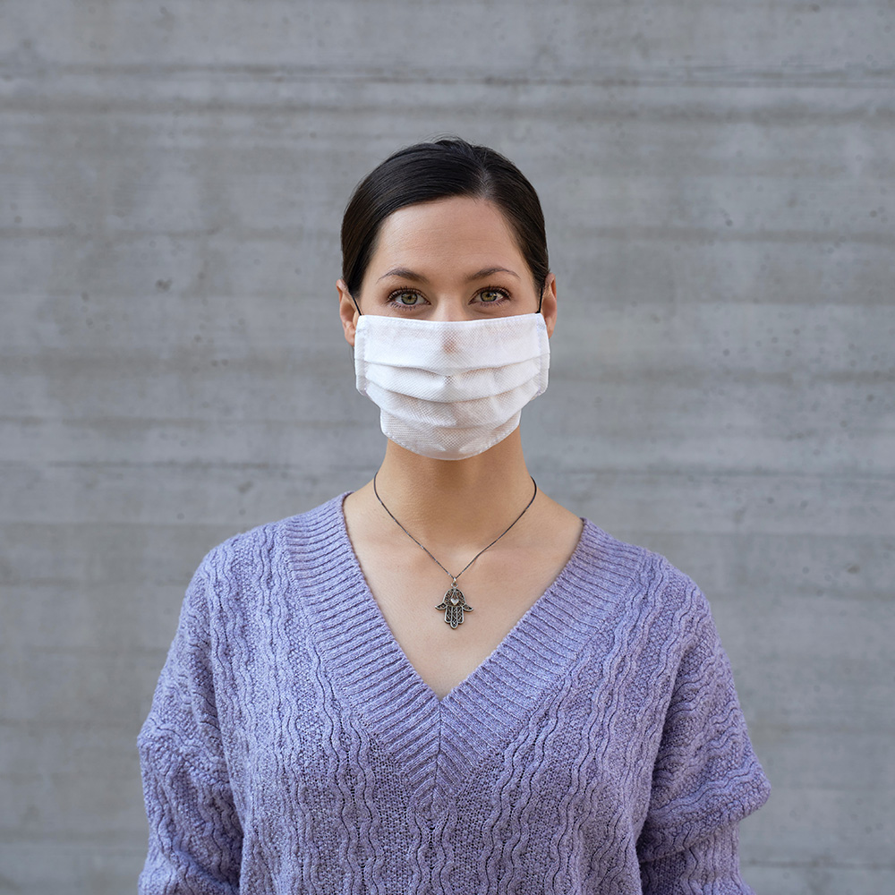 Person wearing a facemask